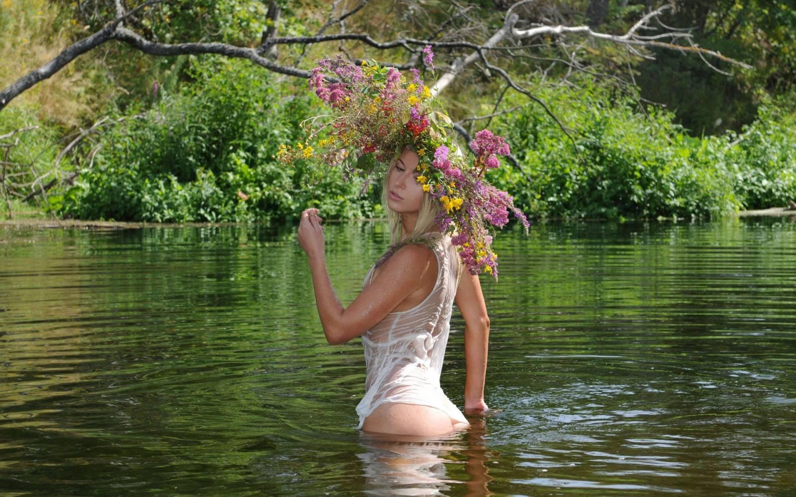 У озера ню 7 фотография