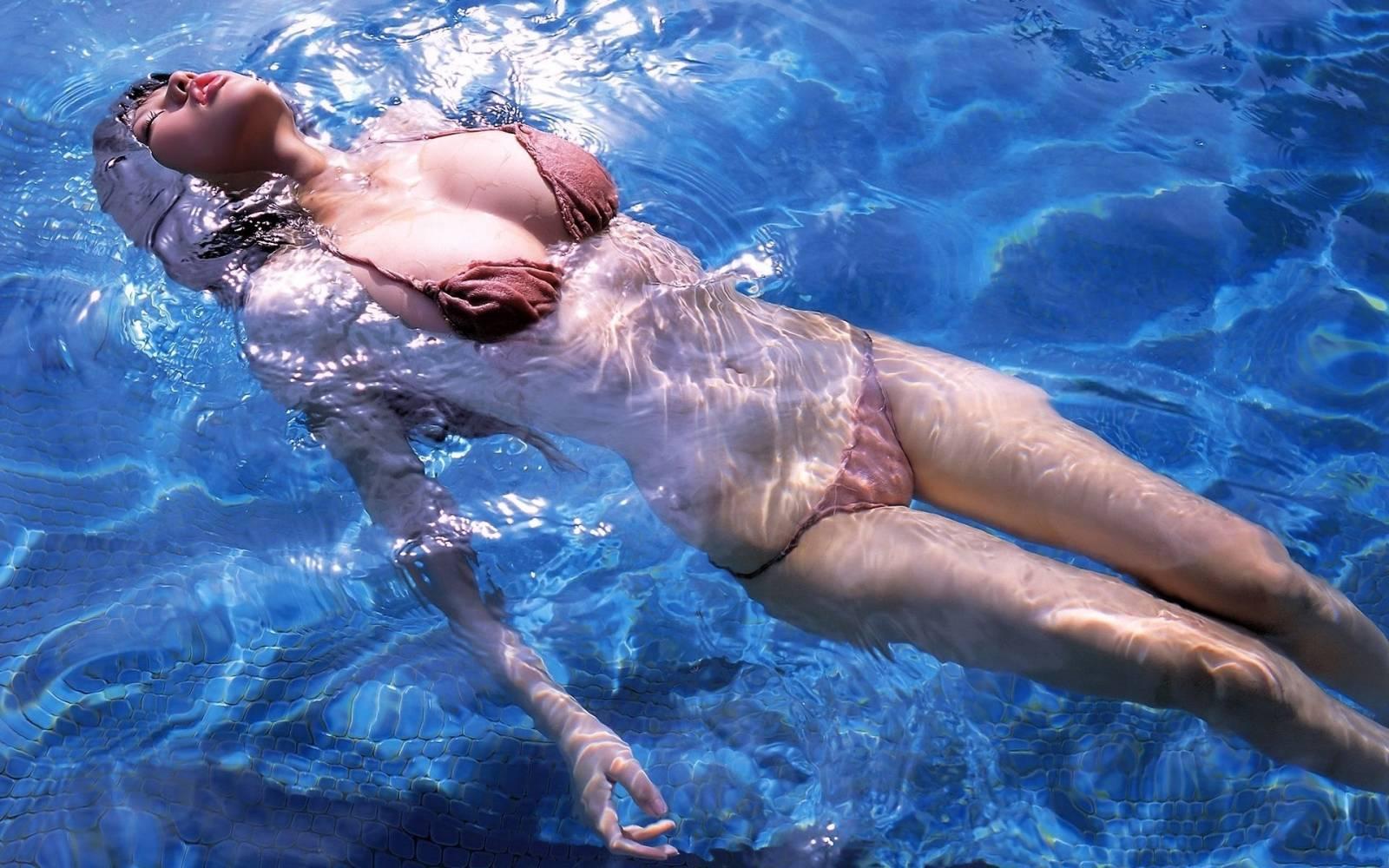 Толстушки под водой 16 фотография